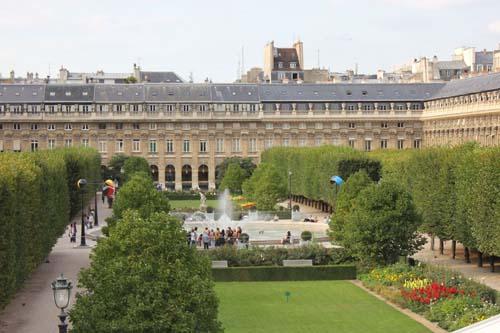 Signaux oliens uvres de takis au palais royal for Au jardin du port le palais
